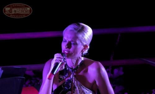 Μάγεψε με την φωνή της η Μάγδα Πένσου το κοινό στο υπαίθριο θέατρο Σερβίων (βίντεο).