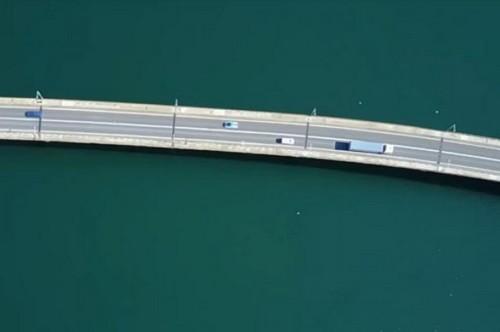 Πτήση πάνω από την ομορφότερη γέφυρα της Ελλάδας (Βίντεο)