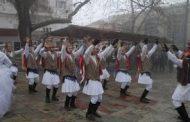 Οι Μωμόγεροι από τον Ροδίτη στην πλατεία Σερβίων (βίντεο)
