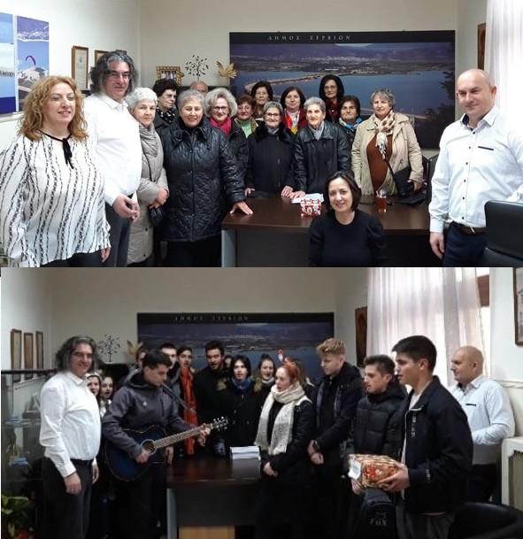 Κάλαντα από το ΚΑΠΗ και τους μαθητές στον Δήμαρχο Σερβίων (βίντεο)