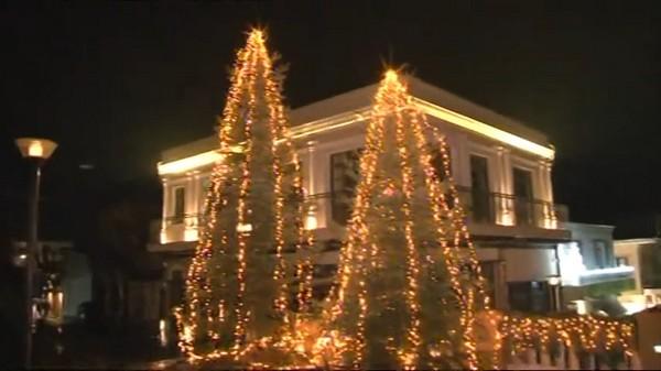Άναψε το Χριστουγεννιάτικο δέντρο στα Σέρβια (video)