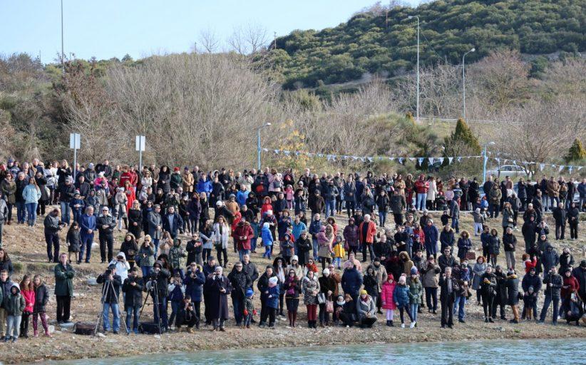Γέμισε από κόσμο το λιμανάκι του ΝΟΚ για τον καθαγιασμό των υδάτων στη λίμνη Πολυφύτου Σερβίων από τον Σεβασμιότατο Μητροπολίτη Σερβίων & Κοζάνης (Φωτογραφίες & Βίντεο)